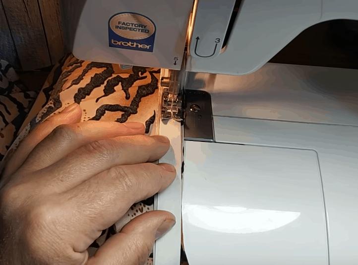 Хитрость, с помощью которой строчить трикотаж можно даже на бабушкиной машинке