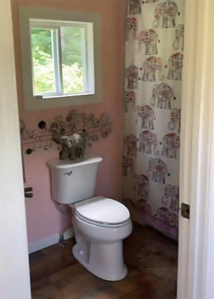 """Про туалет, который находится в отдельном доме, Леннокс говорит так: """"Все это не так уж страшно, ко всему привыкаешь. Если на улице холодно, можно накинуть куртку"""""""