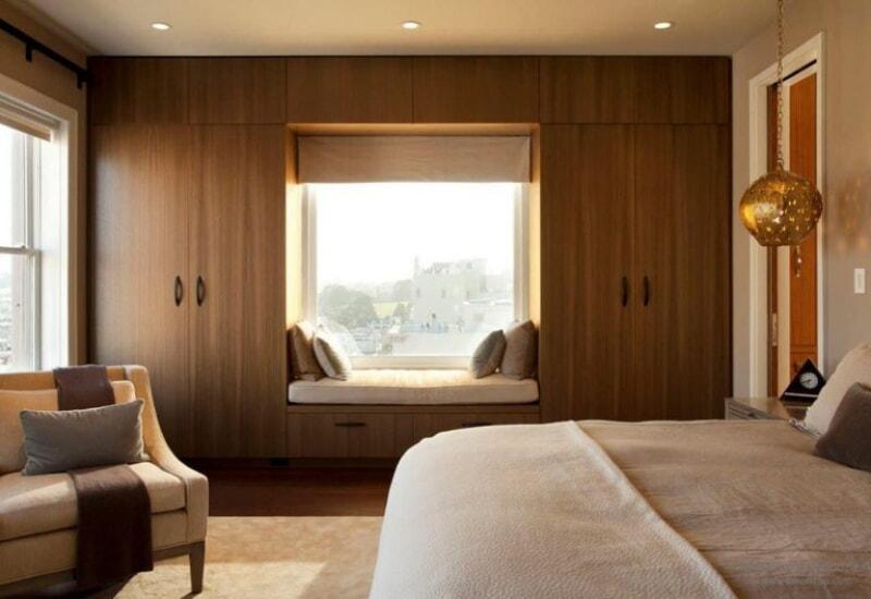 Шкафы вокруг окна — это не только красиво, но и очень практично