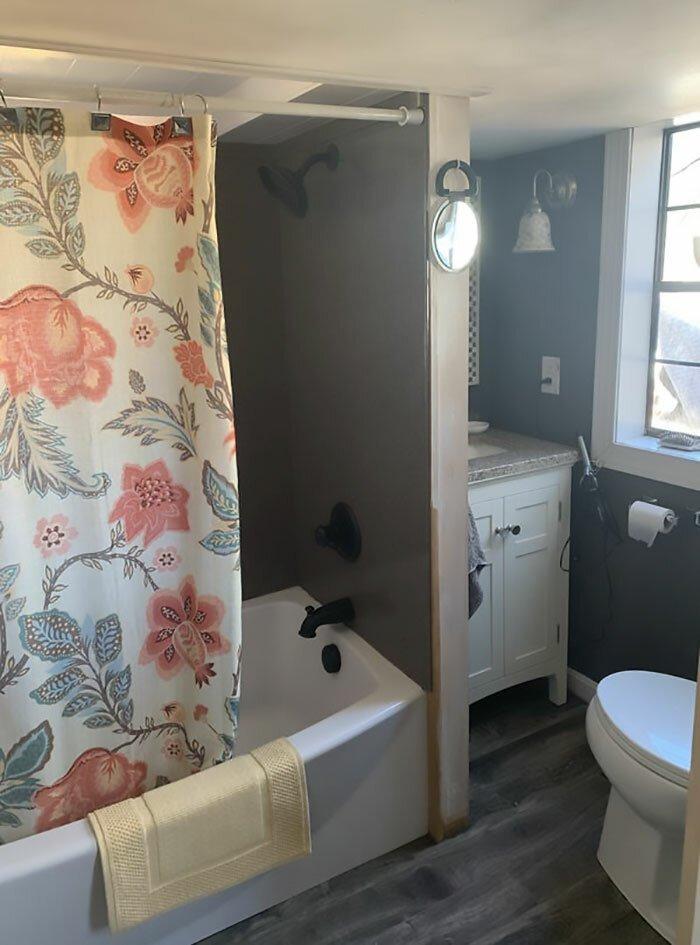 В таком небольшом доме не ожидаешь увидеть полноразмерную ванну, но она есть!