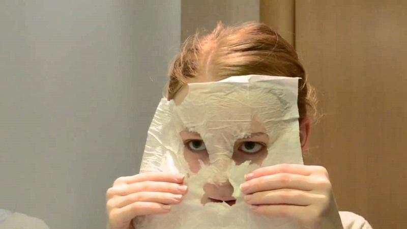Подогреваю это средство, наношу на лицо и покрываю пленкой. 20 минут, и я снова как девочка!
