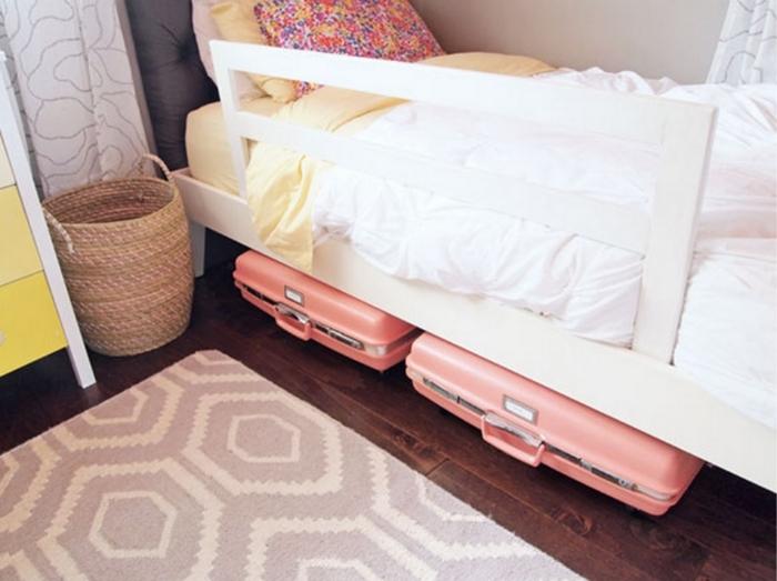 В чемоданы лучше положить временно ненужные вещи. / Фото: Pinterest.ru