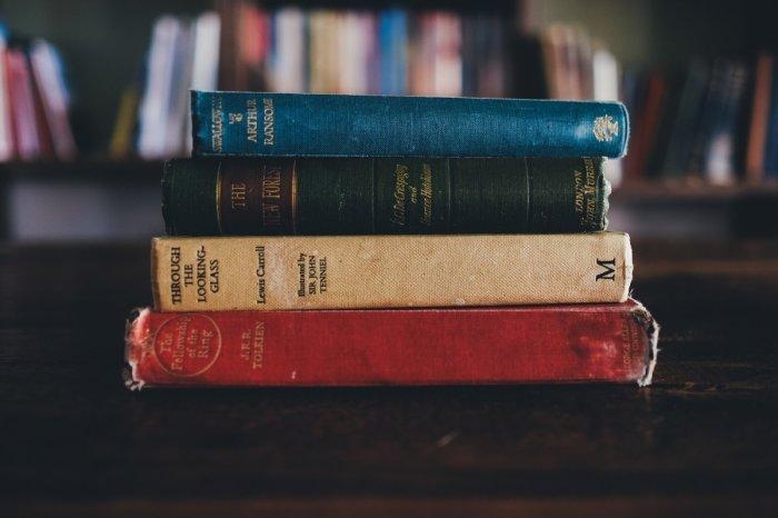 Под кроватью можно хранить только ненужные книги, но лишь временно. / Фото: Zen.yandex.ru