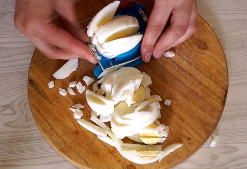 Салат из баклажанов с яйцами и луком озадачит даже прожженного дегустатора