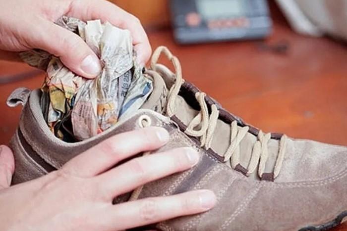 Газета избавит кроссовки от лишней влаги / Фото: kubachi-centr.ru