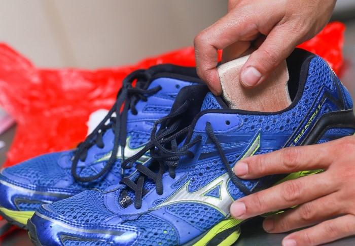 Регулярный уход за кроссовками поможет минимизировать возникновение амбре / Фото: navseruki.guru