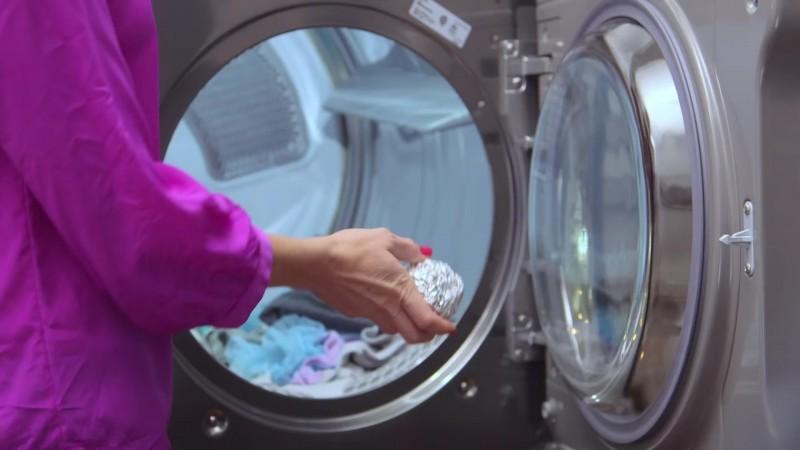 Бросьте комок из фольги в стиральную машину. Звучит безумно. Но это и правда работает.
