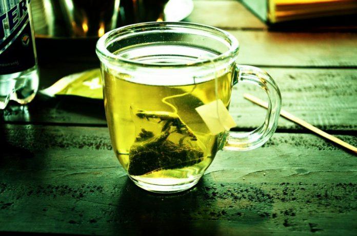 Используйте зеленый чай, чтобы мгновенно получить свежий вид лица